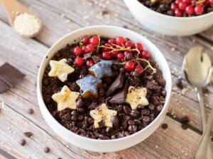 Easy vegan chocolate quinoa breakfast bowl. High-protein plant-based meal prep.